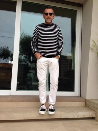 Comment porter: pull à col rond à rayures horizontales noir et blanc, pantalon chino blanc, baskets basses en toile noires, lunettes de soleil noires