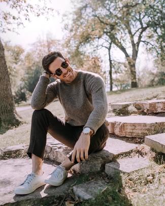 Comment porter: pull à col rond marron foncé, pantalon chino en laine noir, baskets basses en cuir blanches, lunettes de soleil noires