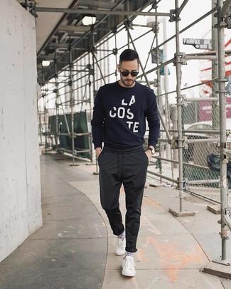 Comment porter: pull à col rond imprimé bleu marine et blanc, pantalon chino noir, baskets basses blanches, lunettes de soleil noires