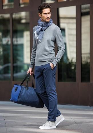 Comment porter: pull à col rond gris, pantalon chino bleu marine, baskets basses en cuir grises, fourre-tout en toile bleu marine