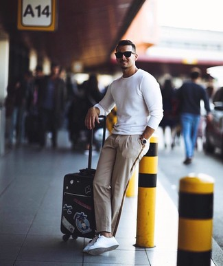 Comment porter: pull à col rond blanc, pantalon chino beige, baskets basses en cuir blanches, lunettes de soleil noires