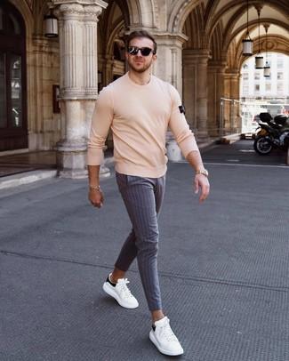 Comment porter: pull à col rond beige, pantalon chino à rayures verticales gris, baskets basses en cuir blanches et noires, lunettes de soleil noires