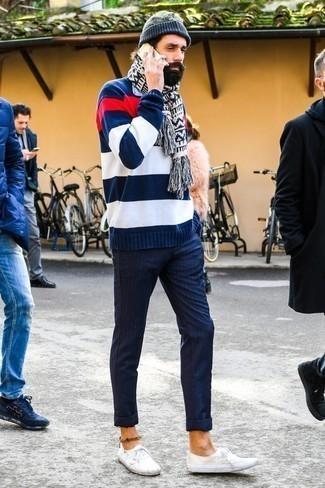 Comment porter un pantalon chino à rayures verticales bleu marine: Associe un pull à col rond à rayures horizontales bleu marine et blanc avec un pantalon chino à rayures verticales bleu marine pour affronter sans effort les défis que la journée te réserve. Une paire de des baskets basses en toile blanches est une option astucieux pour complèter cette tenue.