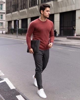 Comment porter un pantalon chino gris foncé: Pense à marier un pull à col rond rouge avec un pantalon chino gris foncé pour une tenue idéale le week-end. Tu veux y aller doucement avec les chaussures? Choisis une paire de des baskets basses en toile blanches pour la journée.