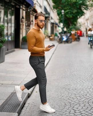 Comment porter un pull à col rond tabac: Associe un pull à col rond tabac avec un pantalon chino gris foncé pour une tenue idéale le week-end. Si tu veux éviter un look trop formel, fais d'une paire de baskets basses en cuir blanches ton choix de souliers.