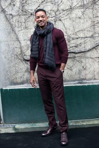 Comment porter: pull à col rond bordeaux, pantalon chino bordeaux, baskets montantes en cuir bordeaux, écharpe à rayures horizontales gris foncé
