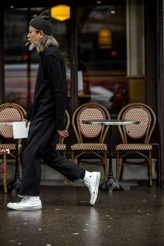 Tendances mode hommes: Associe un pull à col rond noir avec un pantalon chino noir pour affronter sans effort les défis que la journée te réserve. Jouez la carte décontractée pour les chaussures et opte pour une paire de des baskets montantes en toile blanches.