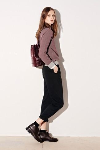 Comment porter: pull à col rond bordeaux, pantalon chino noir, bottines chukka en cuir bordeaux, sac à dos en cuir bordeaux