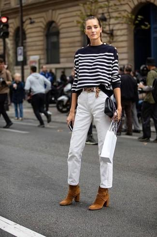 Comment porter: pull à col rond à rayures horizontales noir et blanc, pantalon chino blanc, bottines en daim tabac, sac bandoulière en cuir noir
