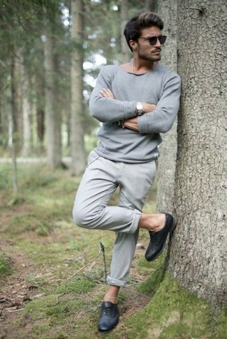 Comment porter un pull à col rond gris: Associe un pull à col rond gris avec un pantalon chino gris pour un déjeuner le dimanche entre amis. D'une humeur créatrice? Assortis ta tenue avec une paire de des chaussures brogues en cuir bleu marine.