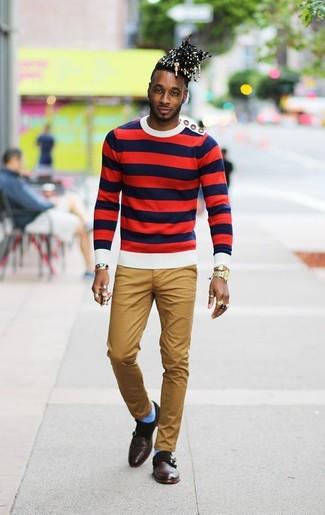 Comment porter: pull à col rond à rayures horizontales blanc et rouge et bleu marine, pantalon chino marron clair, double monks en cuir marron foncé, montre dorée