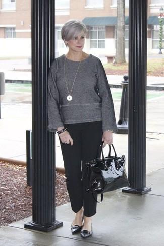 Comment porter: pull à col rond gris foncé, pantalon de costume noir, ballerines en cuir noires, sac fourre-tout en cuir noir