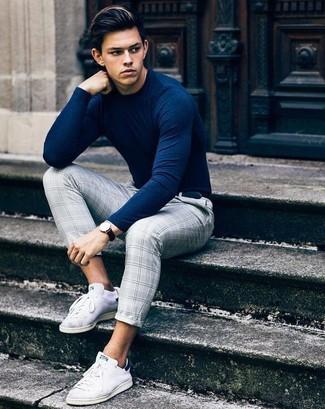 Comment porter: pull à col rond bleu marine, pantalon de costume écossais gris, baskets basses en toile blanches, ceinture en cuir noire