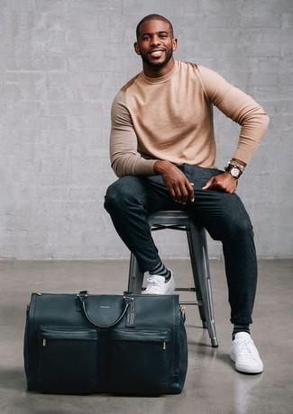 Comment porter: pull à col rond marron clair, pantalon de costume en laine gris foncé, baskets basses en cuir blanches, fourre-tout en cuir noir