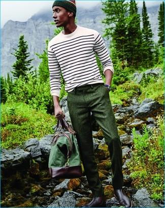 Comment porter: pull à col rond à rayures horizontales blanc, pantalon de costume en laine vert foncé, bottines chelsea en cuir bordeaux, fourre-tout en toile vert