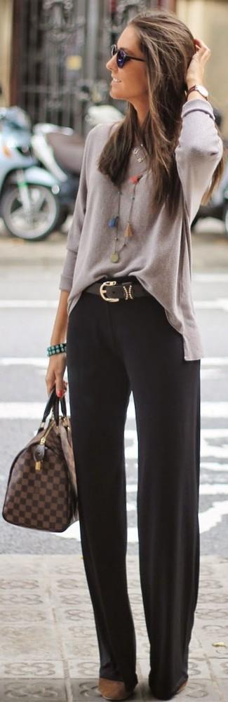 Comment porter: pull à col rond gris, pantalon de costume noir, escarpins en daim marron, sac fourre-tout en cuir à carreaux marron