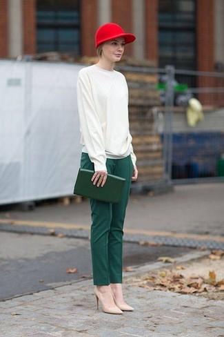 Associer un pull à col rond blanc avec un pantalon de costume vert foncé est une option confortable pour faire des courses en ville. Fais d'une paire de des escarpins en cuir beiges ton choix de souliers pour afficher ton expertise vestimentaire.