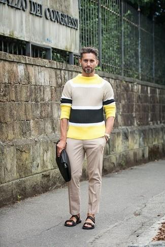 Comment porter: pull à col rond à rayures horizontales jaune, pantalon de costume beige, sandales en cuir noires, pochette en cuir noire