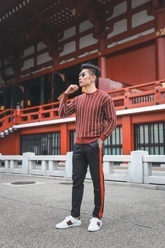 Comment porter un pantalon de jogging noir: Pour une tenue de tous les jours pleine de caractère et de personnalité essaie de marier un pull à col rond rouge avec un pantalon de jogging noir. Assortis ce look avec une paire de des baskets basses en cuir imprimées blanches.