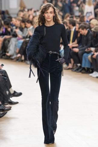 Comment porter: pull à col rond noir, pantalon flare en velours côtelé bleu marine, escarpins en cuir noirs, pochette en fourrure noire