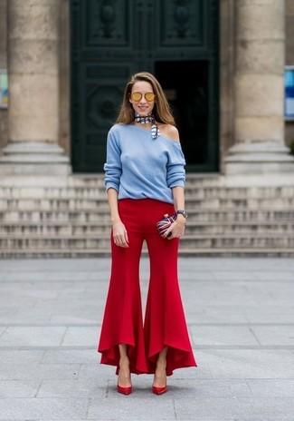 Comment porter: pull à col rond bleu clair, pantalon flare rouge, escarpins en cuir rouges, pochette blanc et rouge et bleu marine
