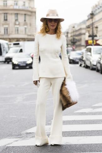 Comment porter: pull à col rond blanc, pantalon flare blanc, escarpins en cuir argentés, pochette en cuir marron