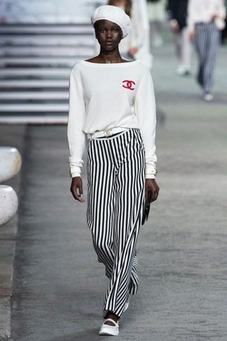 Comment porter: pull à col rond blanc, pantalon large à rayures verticales blanc et noir, ballerines en cuir blanches, pochette en cuir noire