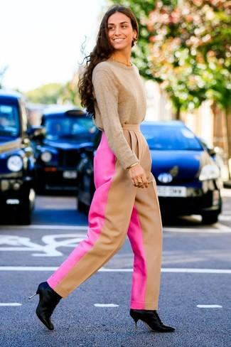 Comment porter: pull à col rond marron clair, pantalon large fuchsia, bottines en cuir noires, bracelet doré