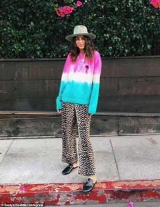 Comment porter: pull à col rond imprimé tie-dye multicolore, pantalon large imprimé léopard marron, slippers en cuir noirs, chapeau en laine gris