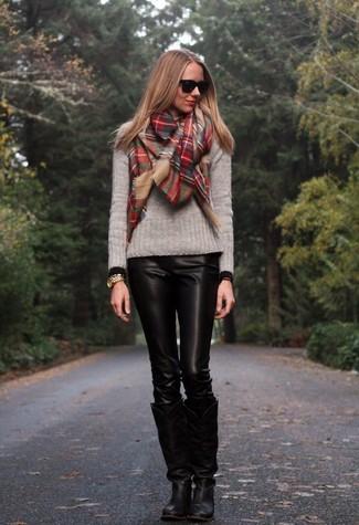 Comment porter une écharpe écossaise rouge: Marie un pull à col rond gris avec une écharpe écossaise rouge pour une impression décontractée. Assortis cette tenue avec une paire de des bottes hauteur genou en cuir noires pour afficher ton expertise vestimentaire.