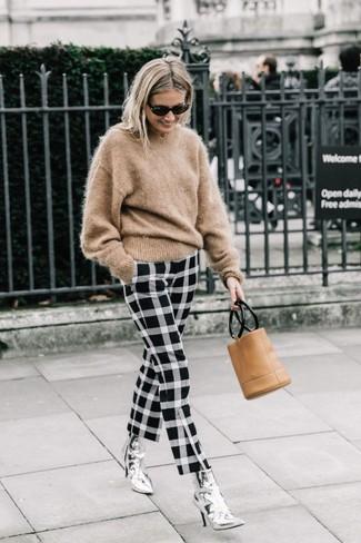 Comment porter: pull à col rond en mohair marron clair, pantalon slim à carreaux noir et blanc, bottines en cuir argentées, pochette en cuir marron clair