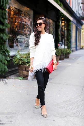 Comment porter: pull à col rond en plumes blanc, pantalon slim en cuir noir, escarpins en cuir imprimés léopard beiges, pochette en cuir rouge