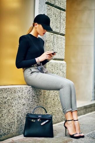 Pour créer une tenue idéale pour un déjeuner entre amis le week-end, harmonise un pull à col rond noir avec un pantalon slim gris. Une paire de des sandales à talons en cuir noires est une option judicieux pour complèter cette tenue.