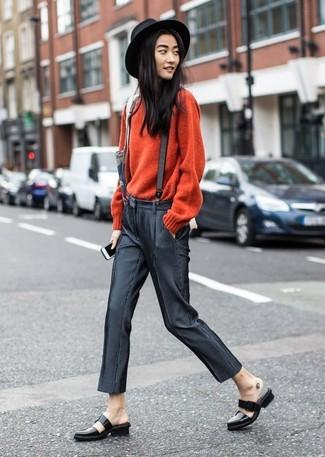Associe un pull à col rond rouge avec un pantalon slim gris foncé pour une tenue raffinée mais idéale le week-end. Jouez la carte classique pour les chaussures et choisis une paire de des slippers en cuir noirs.