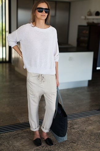 Comment porter: pull à col rond blanc, pantalon style pyjama beige, slippers en cuir noirs, sac fourre-tout en toile noir