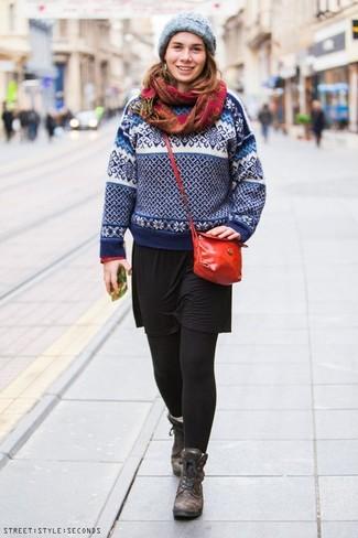 Comment porter: pull à col rond en jacquard blanc et bleu marine, robe décontractée noire, bottines plates à lacets en cuir marron foncé, sac bandoulière en cuir rouge