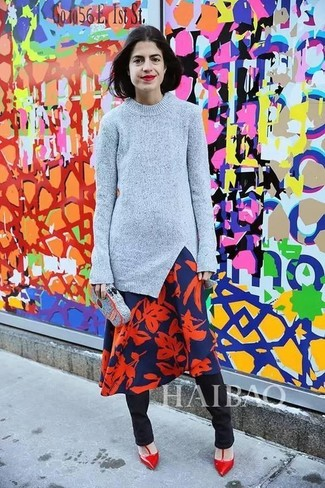 Comment porter un pull à col rond gris: Choisis un pull à col rond gris et un pantalon slim noir et tu auras l'air d'une vraie poupée. Cet ensemble est parfait avec une paire de des escarpins en cuir rouges.