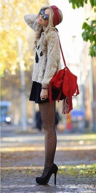 Comment porter: pull à col rond imprimé gris, robe patineuse en velours bleu marine, escarpins en daim noirs, sac bourse en daim à franges rouge