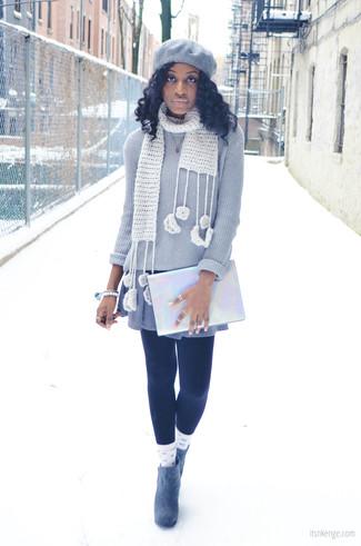 Essaie de marier un pull à col rond gris avec une robe-pull grise pour un look de tous les jours facile à porter. Une paire de des bottines en daim grises est une option judicieux pour complèter cette tenue.
