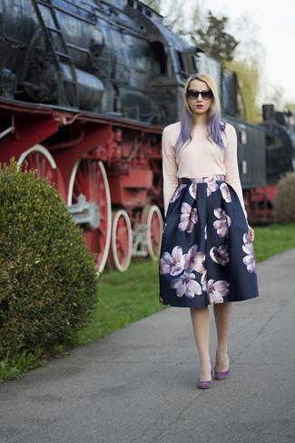 Comment porter: pull à col rond rose, jupe évasée à fleurs bleu marine, escarpins en daim pourpres, lunettes de soleil noires