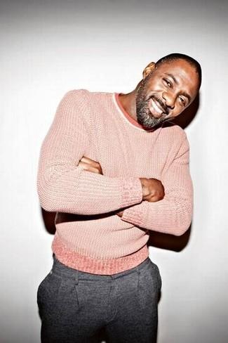 Tenue de Idris Elba: Pull à col rond rose, Pantalon de costume en laine gris