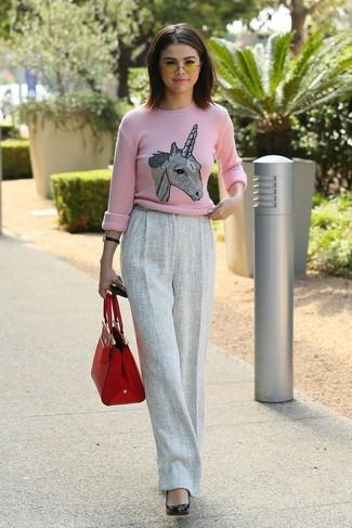 Comment porter: pull à col rond imprimé rose, pantalon large en laine gris, escarpins en cuir noirs, sac fourre-tout en cuir rouge