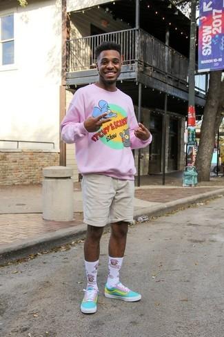 Comment porter: pull à col rond imprimé rose, short beige, baskets basses en toile turquoise, chaussettes imprimées blanches