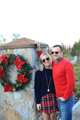 Comment porter: pull à col rond rouge, chemise à manches longues écossaise vert et rouge, jean bleu, lunettes de soleil rouges