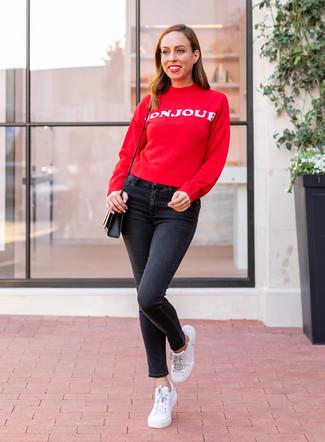 Comment porter: pull à col rond imprimé rouge et blanc, jean skinny noir, baskets basses en cuir blanches, sac bandoulière en cuir noir