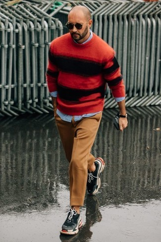 Tenue: Pull à col rond à rayures horizontales rouge et noir, Chemise à manches longues à rayures verticales bleu clair, Pantalon de costume en laine marron clair, Chaussures de sport gris foncé