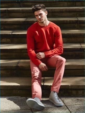 Comment porter un pull rouge: Harmonise un pull rouge avec un pantalon chino rose pour une tenue confortable aussi composée avec goût. Une paire de des baskets montantes en toile grises rendra élégant même le plus décontracté des looks.