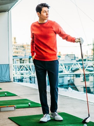 Harmonise un pull à col rond rouge hommes Anvil avec un pantalon chino bleu marine pour obtenir un look relax mais stylé. Une paire de des chaussures de sport blanches apporte une touche de décontraction à l'ensemble.