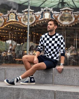 Comment porter: pull à col rond à carreaux noir et blanc, short bleu marine, baskets montantes en toile bleu marine, montre en cuir noire