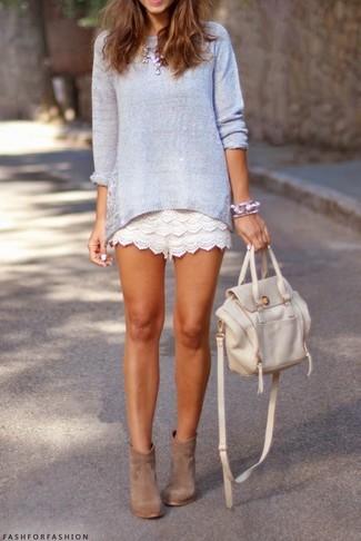 Comment porter un sac à dos en cuir blanc: Pense à porter un pull à col rond violet clair et un sac à dos en cuir blanc pour un look idéal le week-end. Une paire de des bottines en daim marron clair s'intégrera de manière fluide à une grande variété de tenues.